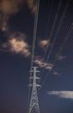 Hög himmel för stjärna för spänningselektricitetspylon Arkivbilder