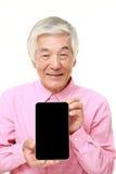 Hög japansk man som rymmer en minnestavlaPC Royaltyfri Foto