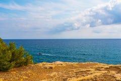Hög klippa bakgrund ovanför för havet som, sommarhav är många plaska Arkivfoto