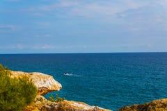 Hög klippa bakgrund ovanför för havet som, sommarhav är många plaska Fotografering för Bildbyråer