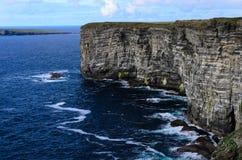 Hög klippa på orkney (marwickhuvud) öar som bygga bo platsen av se Arkivbild