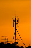 Hög kommunikationsmast med radar Fotografering för Bildbyråer