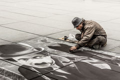 Hög konstnär under att dra Charlie Chaplin - Paris Royaltyfria Bilder