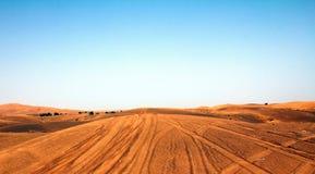 Hög kontrast och vibrerande skott av en öken i Dubai UAE med blå himmel Royaltyfria Bilder
