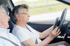 hög kvinna för bilkörning arkivfoto