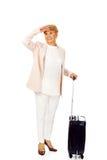 Hög kvinna för leende med resväskan Arkivbilder