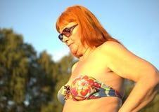 Hög kvinna i baddräkt royaltyfria foton