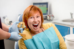 Hög kvinna i det tand- kontoret Royaltyfria Foton