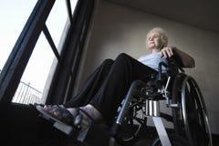 Hög kvinna i rullstol arkivfoton