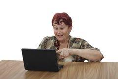 Hög kvinna med anteckningsboken Royaltyfri Fotografi