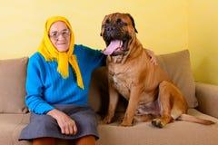 Hög kvinna med den stora hunden Arkivfoto