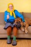 Hög kvinna med den stora hunden Royaltyfria Foton
