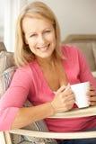 Hög kvinna med den varma drinken royaltyfri bild