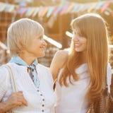 Hög kvinna med den vuxna dottern arkivfoto