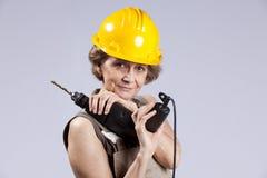 Hög kvinna med ett drillhjälpmedel Arkivfoton