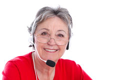Hög kvinna med hörlurar med mikrofon - äldre kvinna som isoleras på vit backgr Royaltyfri Fotografi