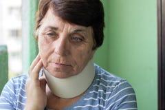 Hög kvinna med halsskada arkivbilder
