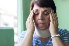 Hög kvinna med halsskada arkivfoto