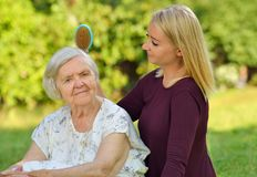 Hög kvinna med henne caregiver Arkivbild