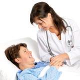 Hög kvinna med hennes sjuksköterska på sjukhuset Royaltyfri Fotografi