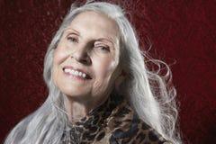 Hög kvinna med långa Gray Hair Smiling Royaltyfri Foto