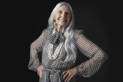 Hög kvinna med långa Gray Hair Smiling Arkivbilder