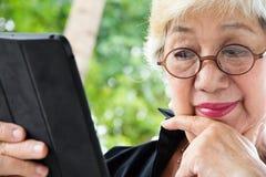 Hög kvinna med minnestavlan Fotografering för Bildbyråer