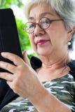 Hög kvinna med minnestavlan Arkivfoton