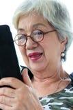 Hög kvinna med minnestavlan Royaltyfri Fotografi