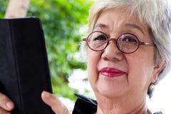 Hög kvinna med minnestavlan Royaltyfria Foton