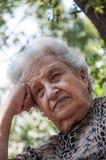 Hög kvinna på parken Royaltyfria Bilder