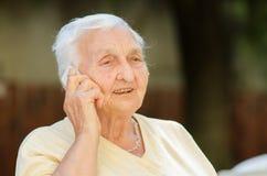 Hög kvinna på telefonen Arkivfoto