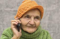 Hög kvinna på telefonen Royaltyfria Bilder