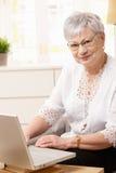 Hög kvinna som använder datoren Royaltyfri Foto
