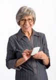 Hög kvinna som använder en mobiltelefon Fotografering för Bildbyråer