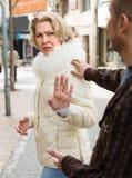 Hög kvinna som frågar man Royaltyfria Foton