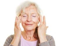Hög kvinna som gör hudomsorg för Arkivfoton