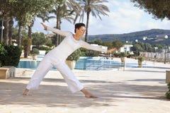 Hög kvinna som gör yoga royaltyfri fotografi