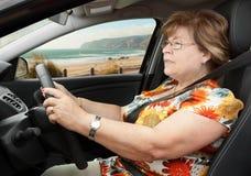 Hög kvinna som kör en bil Royaltyfri Bild