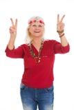 Hög kvinna som kläs som en hippie Royaltyfria Bilder