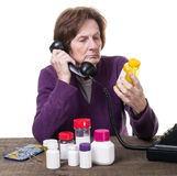 Hög kvinna som konsulterar henne doktor om medicin Arkivfoton