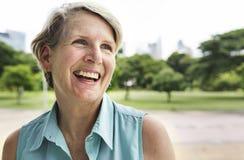 Hög kvinna som ler livsstillyckabegrepp royaltyfri foto