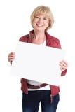Hög kvinna som rymmer den tomma tomma affischtavlan isolerad på vitbac Fotografering för Bildbyråer