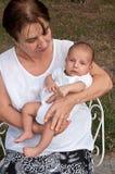 Hög kvinna som rymmer hans Great-grandson Arkivfoton