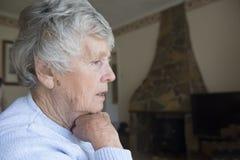 Hög kvinna som ser oroad och angången Arkivfoton
