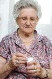 Hög kvinna som tar preventivpilleren Royaltyfri Bild