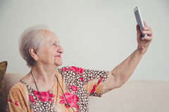 Hög kvinna som tar selfie Arkivbild