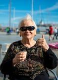 Hög kvinna som tycker om kaffe- eller tekoppen arkivfoto