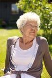 Hög kvinna som tycker om ny luft - utomhus Fotografering för Bildbyråer