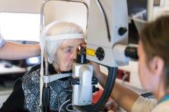 Hög kvinna under laser-kirurgi på oftalmologikliniken Royaltyfri Fotografi